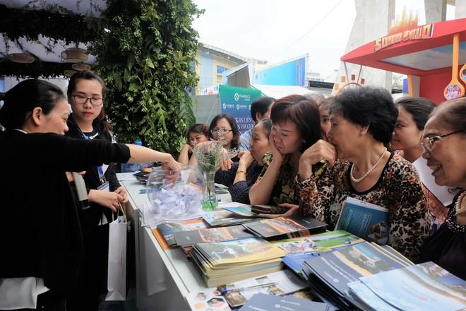 Người dân Hà Nội xếp hàng 7 tiếng đồng hồ săn vé máy bay giá 0 đồng  - Ảnh 10.