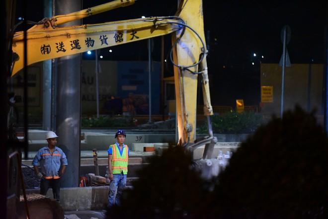 Suốt đêm tháo dỡ trạm thu phí bỏ hoang ở gần hầm vượt sông Sài Gòn - Ảnh 5.