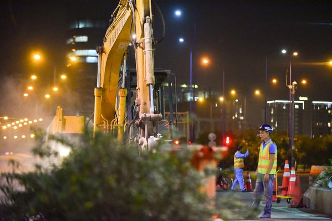 Suốt đêm tháo dỡ trạm thu phí bỏ hoang ở gần hầm vượt sông Sài Gòn - Ảnh 7.