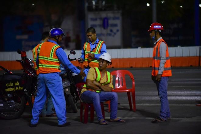 Suốt đêm tháo dỡ trạm thu phí bỏ hoang ở gần hầm vượt sông Sài Gòn - Ảnh 3.