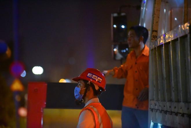 Suốt đêm tháo dỡ trạm thu phí bỏ hoang ở gần hầm vượt sông Sài Gòn - Ảnh 9.