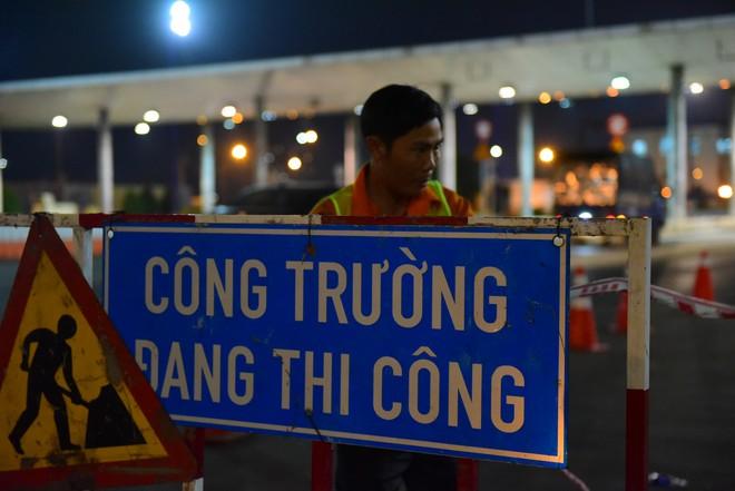 Suốt đêm tháo dỡ trạm thu phí bỏ hoang ở gần hầm vượt sông Sài Gòn - Ảnh 4.
