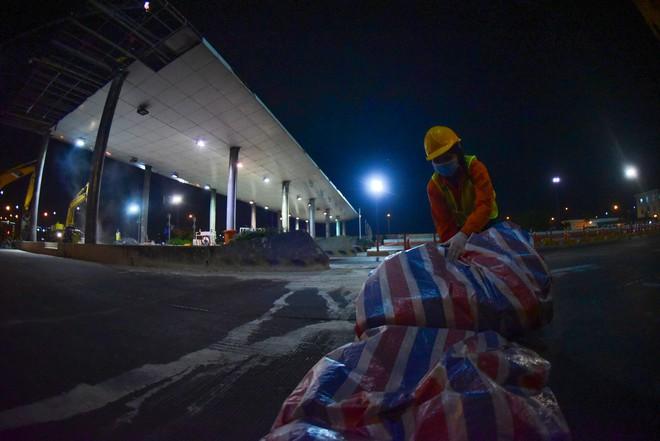 Suốt đêm tháo dỡ trạm thu phí bỏ hoang ở gần hầm vượt sông Sài Gòn - Ảnh 18.