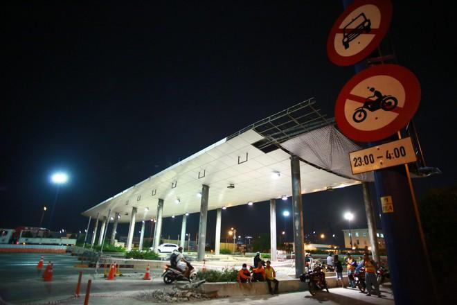 Suốt đêm tháo dỡ trạm thu phí bỏ hoang ở gần hầm vượt sông Sài Gòn - Ảnh 1.