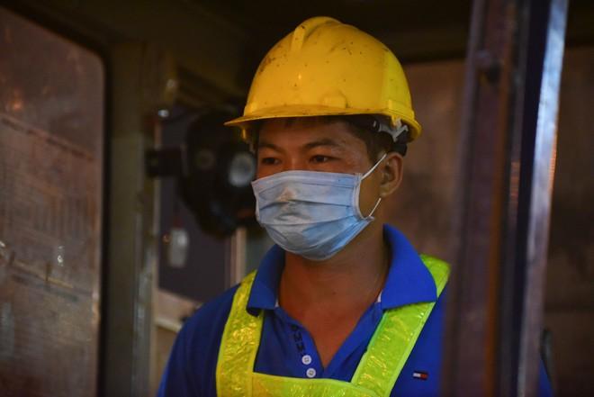Suốt đêm tháo dỡ trạm thu phí bỏ hoang ở gần hầm vượt sông Sài Gòn - Ảnh 6.
