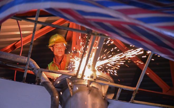 Suốt đêm tháo dỡ trạm thu phí bỏ hoang ở gần hầm vượt sông Sài Gòn