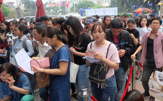 Người dân Hà Nội xếp hàng 7 tiếng đồng hồ săn vé máy bay giá 0 đồng