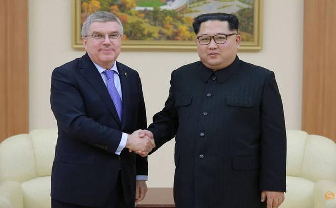 Lãnh đạo Kim Jong-un xem bóng đá cùng Chủ tịch IOC tại Bình Nhưỡng