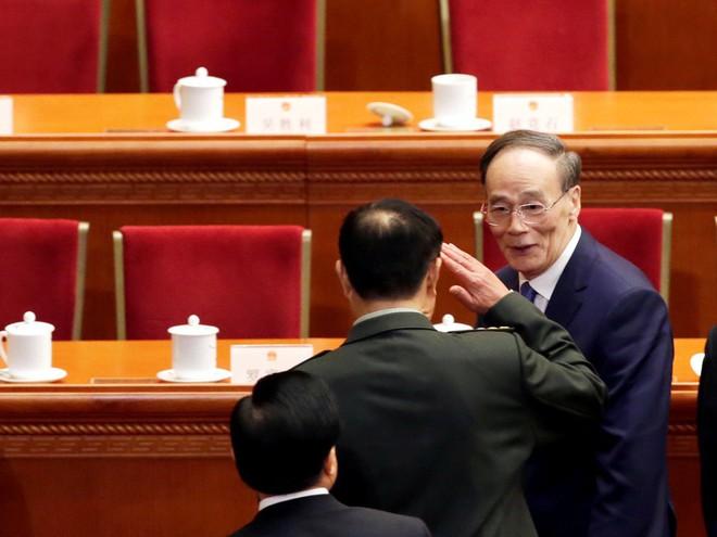 Vương Kỳ Sơn hút sóng Lưỡng hội: Phó Chủ tịch quân ủy giơ tay chào và hồ hởi bắt tay - Ảnh 3.