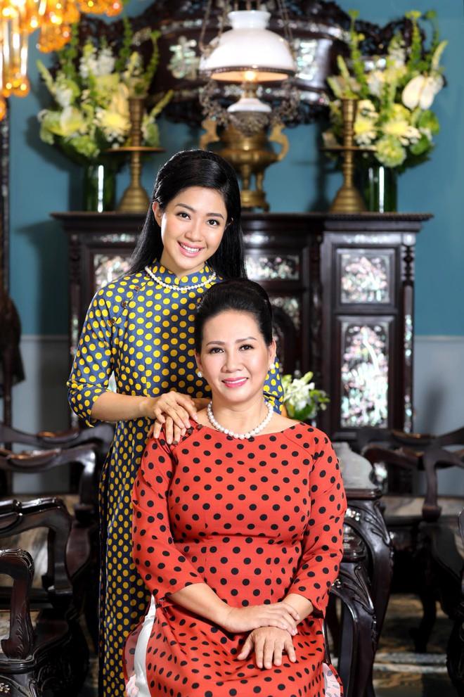 Ái nữ được mẹ khuyên đừng mua túi 300 USD mà trong túi thì rỗng: Vừa đi học, vừa làm phụ bếp để hiểu giá trị của đồng tiền - Ảnh 1.