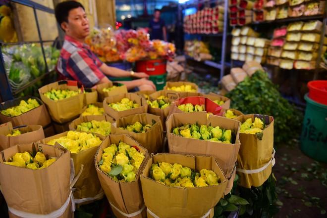 Chợ hoa lớn nhất Sài Gòn đèn sáng suốt đêm trước ngày 8/3 - Ảnh 3.