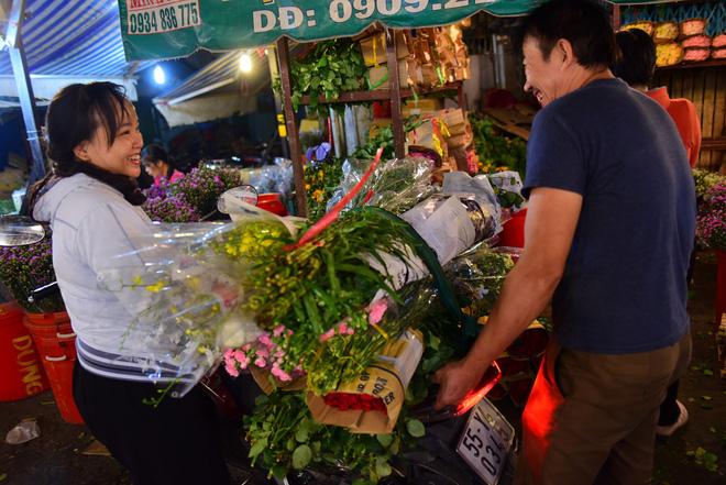 Chợ hoa lớn nhất Sài Gòn đèn sáng suốt đêm trước ngày 8/3 - Ảnh 4.