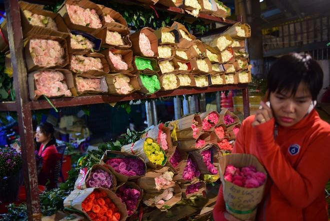 Chợ hoa lớn nhất Sài Gòn đèn sáng suốt đêm trước ngày 8/3 - Ảnh 5.