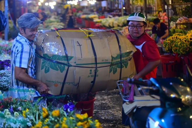 Chợ hoa lớn nhất Sài Gòn đèn sáng suốt đêm trước ngày 8/3 - Ảnh 7.