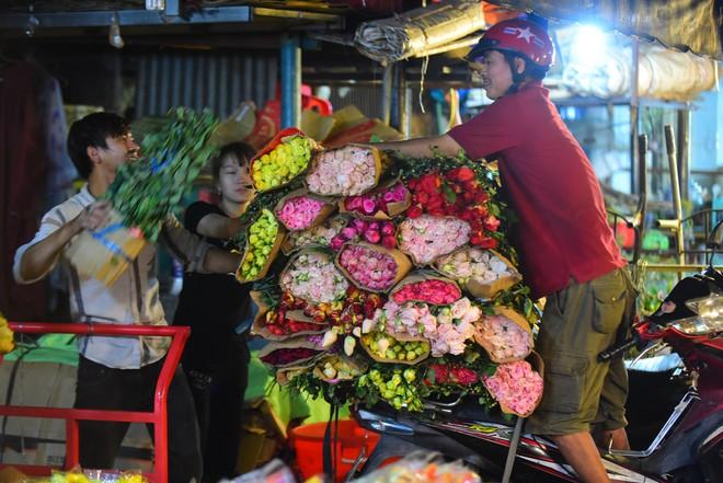 Chợ hoa lớn nhất Sài Gòn đèn sáng suốt đêm trước ngày 8/3 - Ảnh 8.