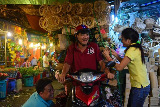 Chợ hoa lớn nhất Sài Gòn đèn sáng suốt đêm trước ngày 8/3 - Ảnh 9.