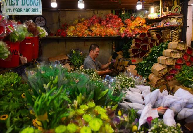 Chợ hoa lớn nhất Sài Gòn đèn sáng suốt đêm trước ngày 8/3 - Ảnh 10.