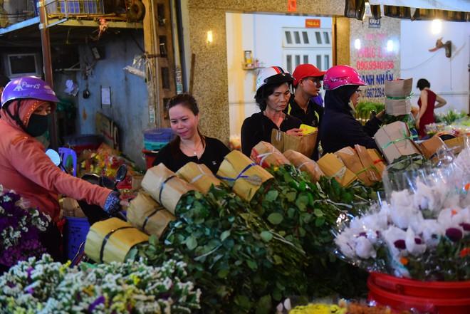 Chợ hoa lớn nhất Sài Gòn đèn sáng suốt đêm trước ngày 8/3 - Ảnh 11.