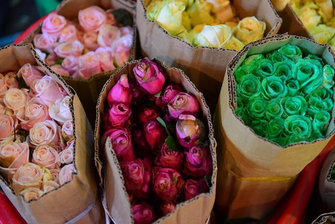 Chợ hoa lớn nhất Sài Gòn đèn sáng suốt đêm trước ngày 8/3 - Ảnh 13.