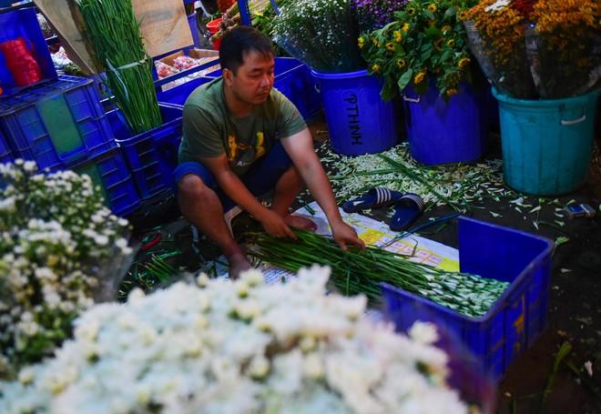 Chợ hoa lớn nhất Sài Gòn đèn sáng suốt đêm trước ngày 8/3 - Ảnh 14.