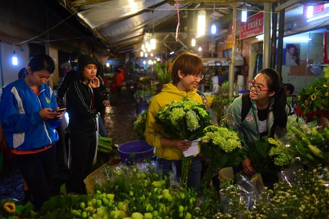 Chợ hoa lớn nhất Sài Gòn đèn sáng suốt đêm trước ngày 8/3 - Ảnh 12.