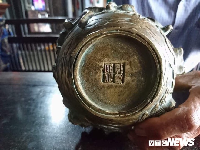 Đào nền nhà rường trăm tuổi, phát hiện 3 vật bằng đồng nghi cổ vật thời Minh - Thanh - Ảnh 2.