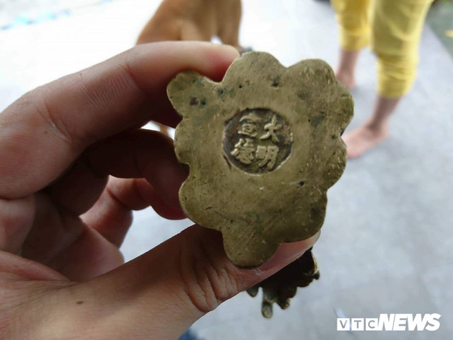 Đào nền nhà rường trăm tuổi, phát hiện 3 vật bằng đồng nghi cổ vật thời Minh - Thanh - Ảnh 4.