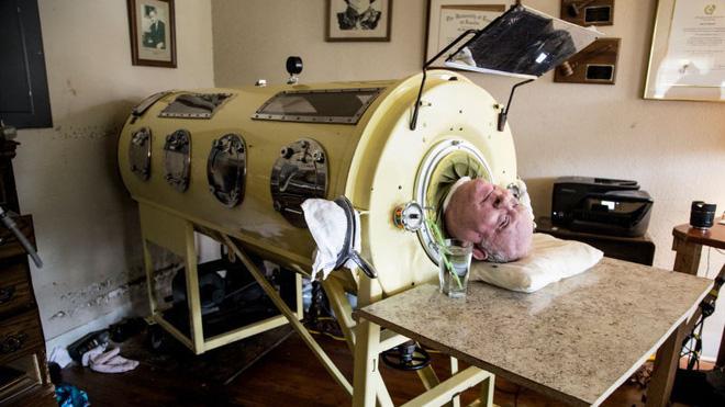 Ý chí phi thường của bệnh nhân bại liệt, nằm một chỗ, thở bằng phổi sắt nhưng vẫn có được 3 bằng cử nhân - Ảnh 3.