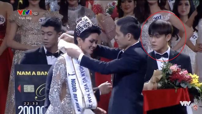 Xuất hiện vài giây, trai đẹp khiến dân mạng truy lùng không kém tân Hoa hậu HHen Niê - Ảnh 2.