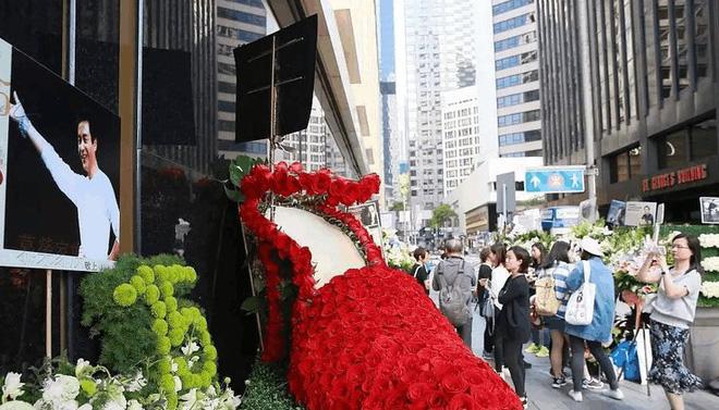 Kỷ niệm 15 năm ngày mất của Trương Quốc Vinh, người hâm mộ đặt cả rừng hoa trước nơi anh tự vẫn - Ảnh 2.