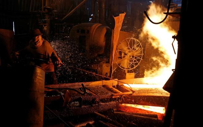 7 ngày qua ảnh: Bên trong xưởng cán thép thô sơ ở Việt Nam - Ảnh 2.