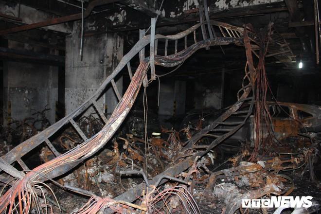 Cháy chung cư Carina ở TP.HCM: Dân sống tạm bợ, vạ vật tầng trệt như người vô gia cư - Ảnh 1.