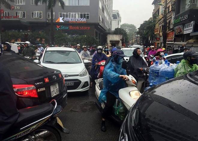 Nhiều tuyến phố Hà Nội tê liệt trong cơn mưa phùn buổi sáng - Ảnh 1.