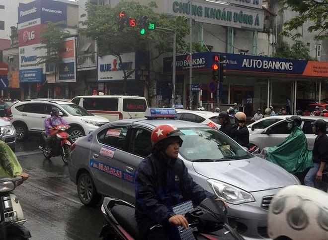 Nhiều tuyến phố Hà Nội tê liệt trong cơn mưa phùn buổi sáng - Ảnh 2.