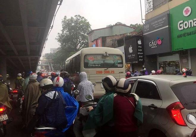 Nhiều tuyến phố Hà Nội tê liệt trong cơn mưa phùn buổi sáng - Ảnh 3.