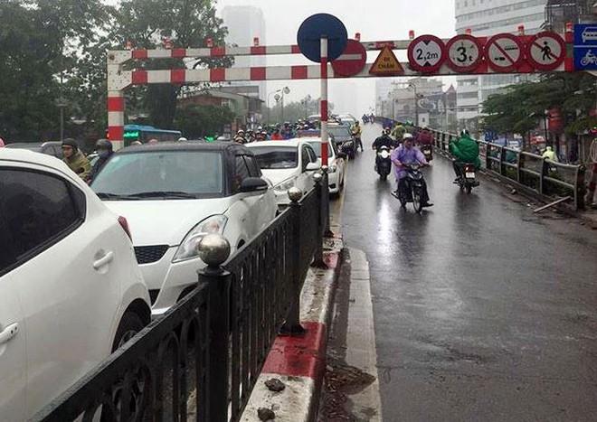 Nhiều tuyến phố Hà Nội tê liệt trong cơn mưa phùn buổi sáng - Ảnh 4.