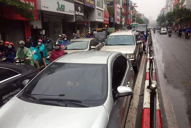 Nhiều tuyến phố Hà Nội tê liệt trong cơn mưa phùn buổi sáng - Ảnh 5.