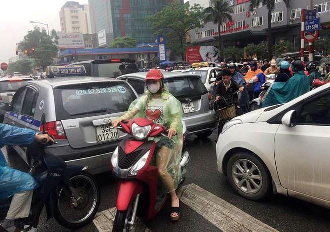 Nhiều tuyến phố Hà Nội tê liệt trong cơn mưa phùn buổi sáng - Ảnh 6.