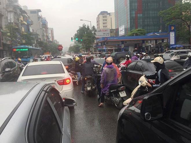 Nhiều tuyến phố Hà Nội tê liệt trong cơn mưa phùn buổi sáng - Ảnh 7.