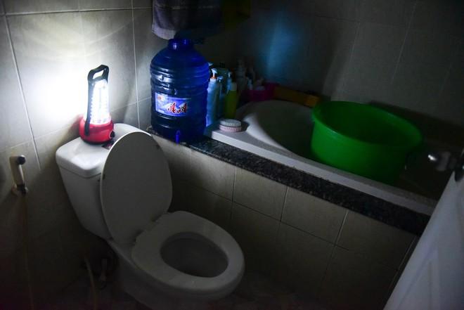 Sau hỏa hoạn 13 nạn nhân tử vong, người dân sống trong chung cư Carina cùng bóng đèn dầu - Ảnh 7.