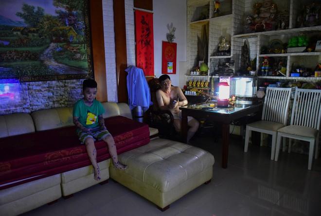 Sau hỏa hoạn 13 nạn nhân tử vong, người dân sống trong chung cư Carina cùng bóng đèn dầu - Ảnh 14.