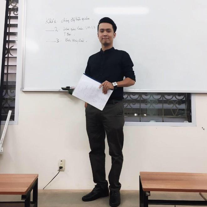 Với 2 phút vừa dạy văn vừa dạy thả thính, thầy giáo khiến học sinh vô cùng yêu mến - Ảnh 2.