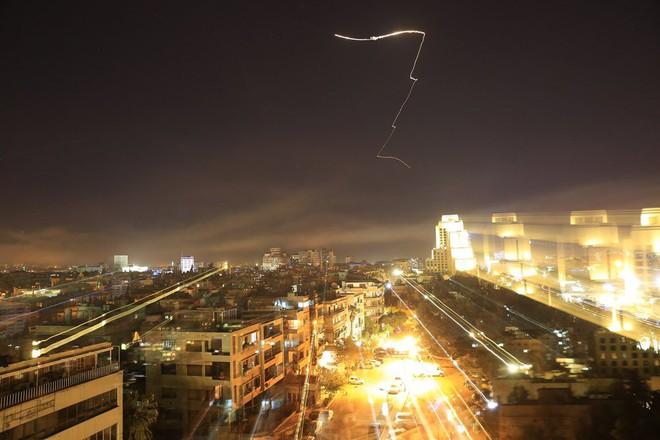 Nổ lớn trên bầu trời Syria, những hình ảnh về cuộc tấn công của liên minh Mỹ-Anh-Pháp - Ảnh 3.