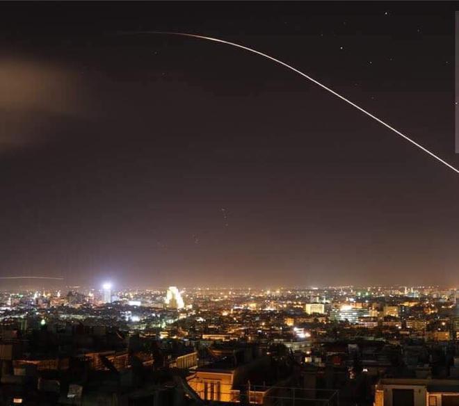 Nổ lớn trên bầu trời Syria, những hình ảnh về cuộc tấn công của liên minh Mỹ-Anh-Pháp - Ảnh 1.