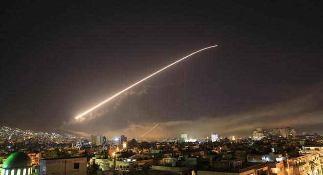 Nổ lớn trên bầu trời Syria, những hình ảnh về cuộc tấn công của liên minh Mỹ-Anh-Pháp - Ảnh 2.