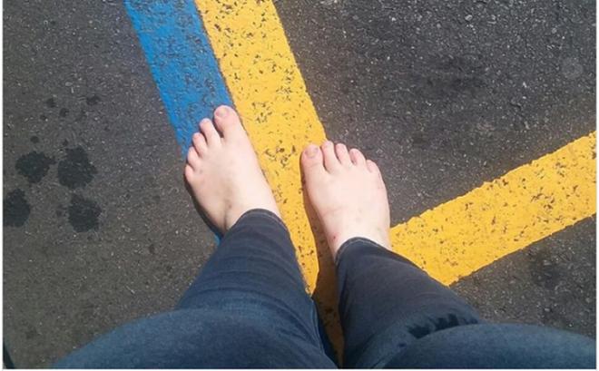 Kỳ lạ cô gái 3 năm giữ thói quen không đi giày dép dù ở bất cứ đâu
