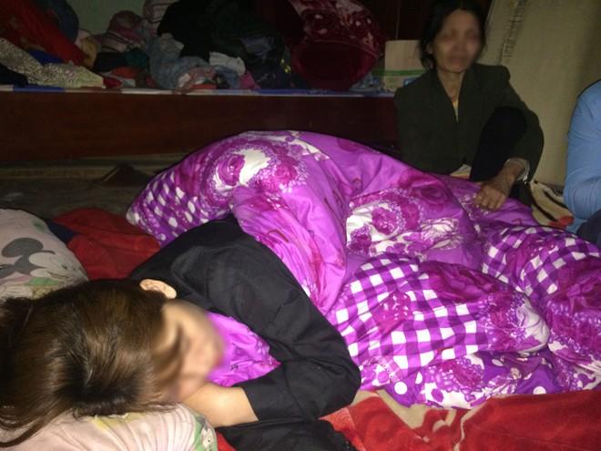 Người mẹ kể phút con nằm gục dưới sàn nhà sau khi bị kẻ lạ đâm - Ảnh 1.
