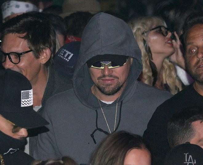 Tài tử Leonardo Dicaprio được tình trẻ kém 23 tuổi và thiếu nữ lạ ôm hôn nơi đông người - Ảnh 1.