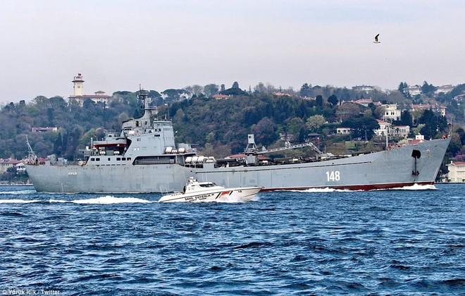 Nga cấp tốc chở vũ khí sang tiếp sức cho Syria: Hầm tàu chất đầy tên lửa phòng không? - Ảnh 1.
