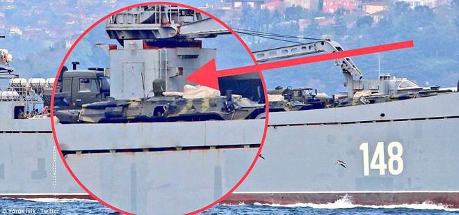 Nga cấp tốc chở vũ khí sang tiếp sức cho Syria: Hầm tàu chất đầy tên lửa phòng không? - Ảnh 2.